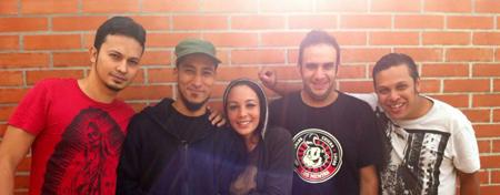 04-04 Los integrantes de Canibal Monkeys se preparan para su toque en Caracas