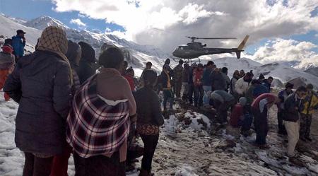 Los senderistas que desde hacía días permanecían bloqueados en el Campo Alto, por debajo de los 5.416 metros del paso de Throrung La en la ruta del Annapurna, comenzaron a descender por su cuenta