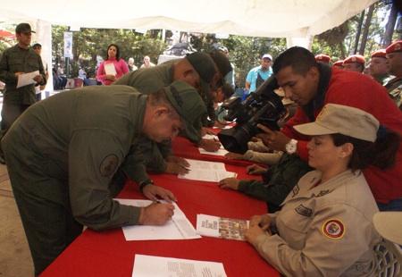 En un acto en la Plaza Guaicaipuro, representantes de la Fuerza Armada Nacional Bolivariana firmaron contra el decreto que califica a Venezuela como una amenaza, rechazando a la vez sanciones a funcionarios venezolanos