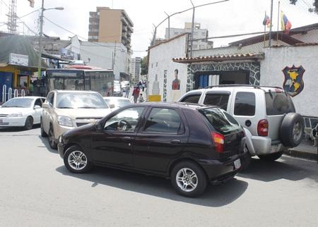 Choferes se estacionan en la entrada del colegio, causando insoportables trancas en el sector