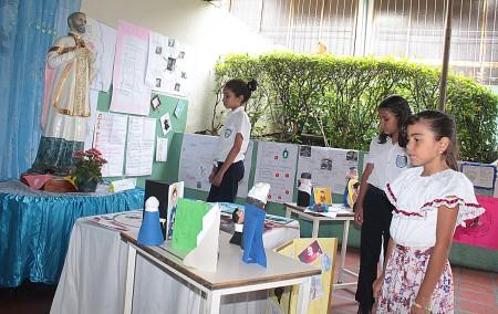 Escolares brindaron honores a su colegio