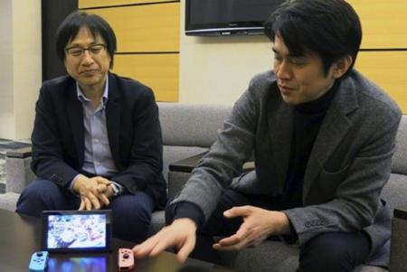 """Los responsables de la nueva consola de Nintendo, Shinya Takahashi y Yoshiaki Koizumi, comentan que la misma funciona como una consola doméstica cuando se conecta a la televisión mediante una base (""""dock""""), pero también como dispositivo portátil cuando se separa de ella"""