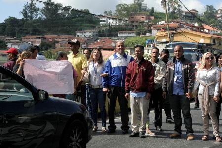 Los trabajadores se apostaron en los cuatro canales de la vía expresa y no abrieron el paso hasta que se instaló una mesa de diálogo con las autoridades