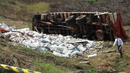 El camión que transportaba hasta Asunción 30 toneladas de billetes venezolanos que fueron hallados en Salto del Guairá volcó en San Pedro.