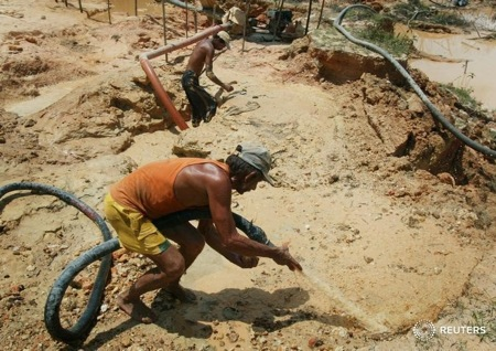 Un minero sin licencia busca oro cerca de la mina Las Cristinas.