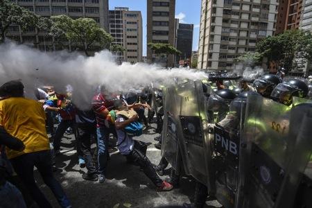 Represión de la PNB contra manifestantes el 4 de abril de 2017