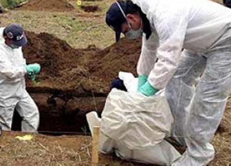 Las autoridades y bomberos de la zona ayudaron a desenterrar los cuerpos aún sin identificar