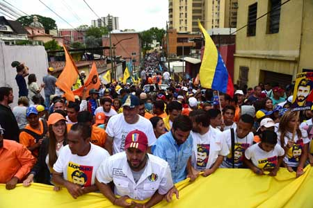 Varios diputados de la Asamblea Nacional, acompañados de cientos de ciudadanos, marchan ayer desde nueve puntos ubicados en los Altos Mirandinos hasta la cárcel militar de Ramo Verde, donde se encuentra recluido el opositor Leopoldo López.