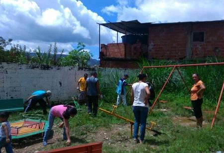 Desde las primeras horas de la mañana, hombres y mujeres se organizaron  en la jornada de limpieza